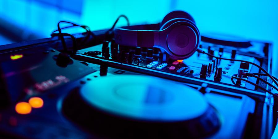 Wedding Entertainment Dilemma: Band or DJ??